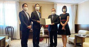 Ông Takayoshi Futae (thứ 2 từ trái sang) trao tượng trưng số tiền 100 triệu Yên Nhật cho Đại sứ Việt Nam tại Nhật Bản Vũ Hồng Nam. (Nguồn: Vietnam+)